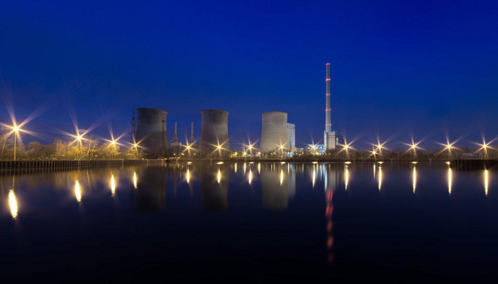 oświetlona elektrownia